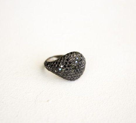 טבעת עם יהלומים שחורים
