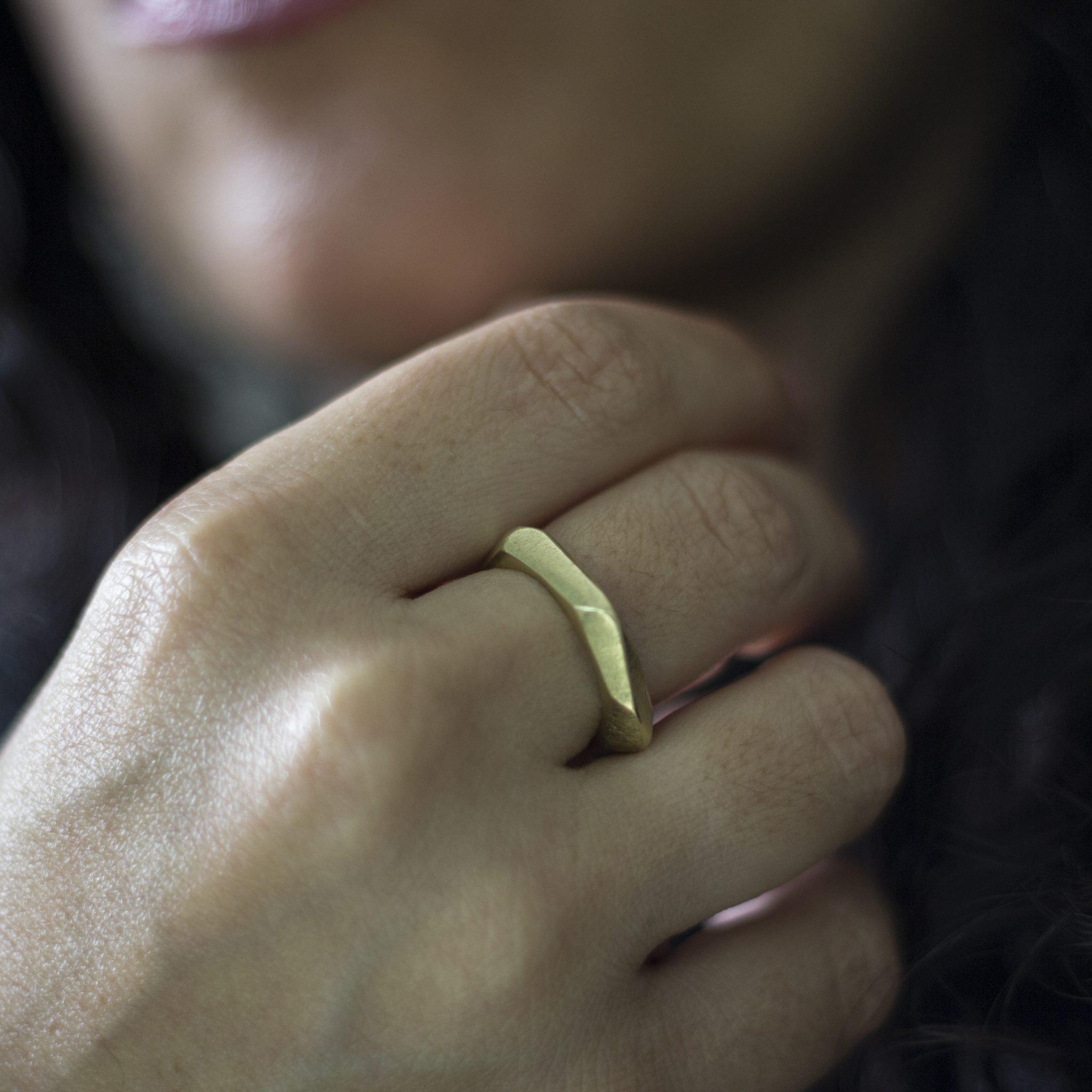טבעת זהב אסימטרית