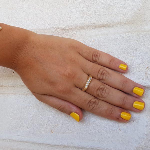 טבעת זהב מעוצבת עם יהלומים