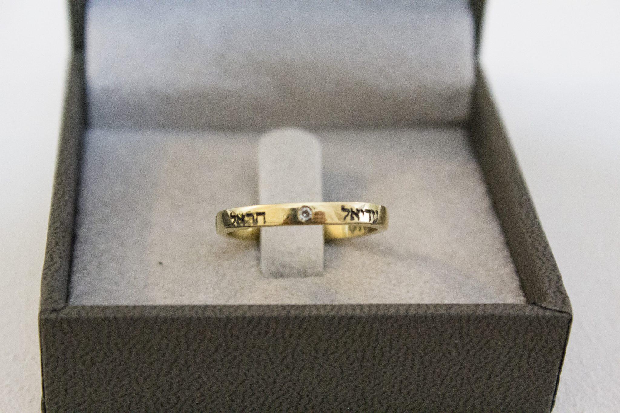טבעת זהב עם חריטה