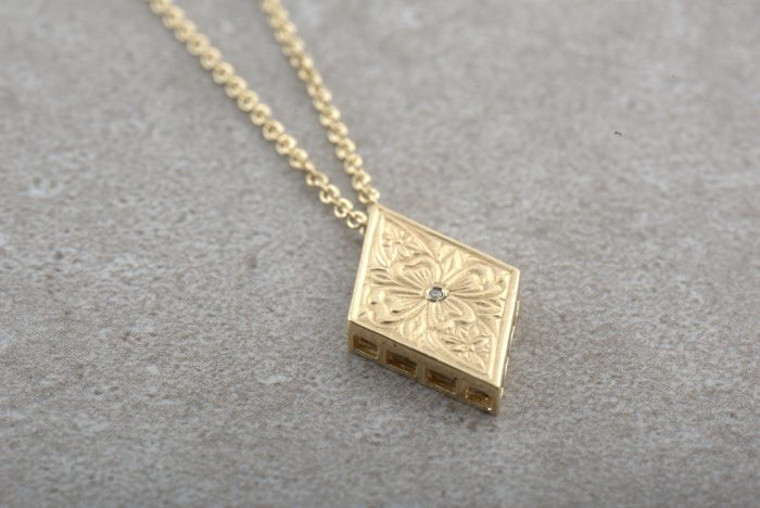 שרשרת זהב ארוכה עם תליון מעוצב