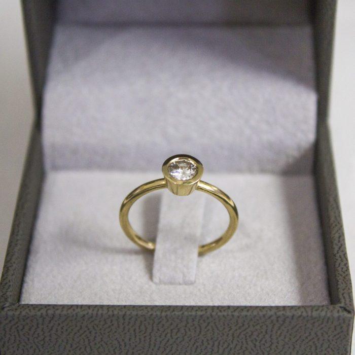 טבעת אירוסין עם יהלום מרכזי