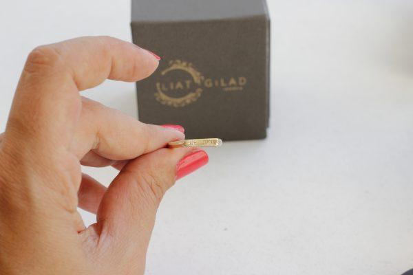 טבעת זהב מעוצבת עם חריטה ויהלום
