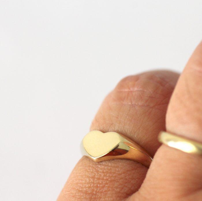 טבעת חותם לב לזרת